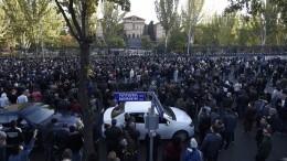 Полицейские пытаются оттеснить протестующих отздания парламента вЕреване