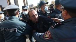 «Все плачут!» Оппозиционеры пришли кзданию Службы нацбезопасности Армении