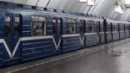 Родился врубашке: пожилой мужчина упал нарельсы впетербургском метро