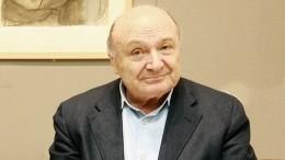 Почему намогиле Жванецкого указано другое отчество?