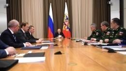 «Меня боитесь?»— Путин пошутил орассадке участников совещания своенными