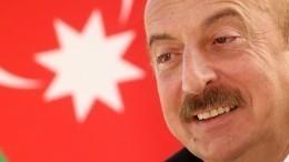 Видео: Глава Азербайджана Алиев проехал поКарабаху зарулем бронеавтомобиля