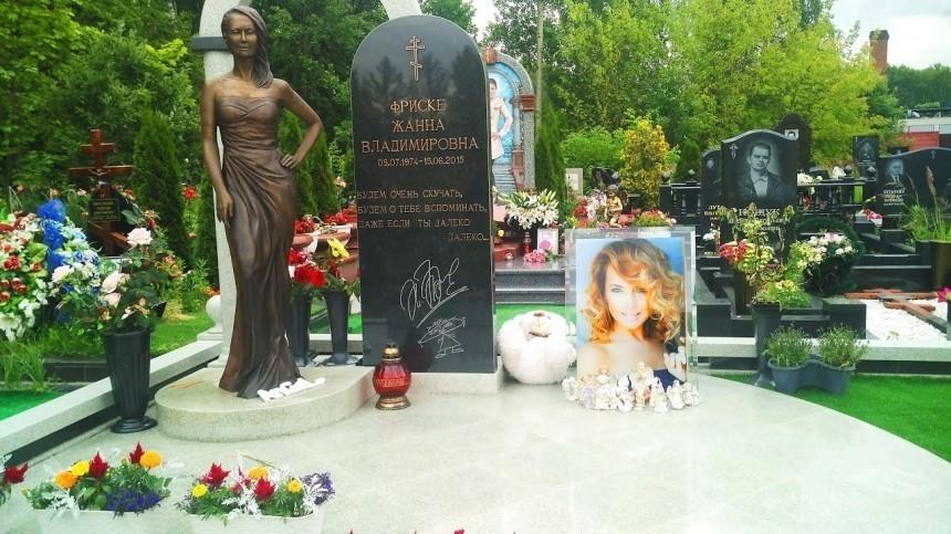 «Конфеты намраморе ненужны»: отец Фриске призвал фанатов неукрашать могилу певицы