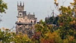 Средневековая сказка: Обновленный замок Ласточкино гнездо сняли свысоты птичьего полета