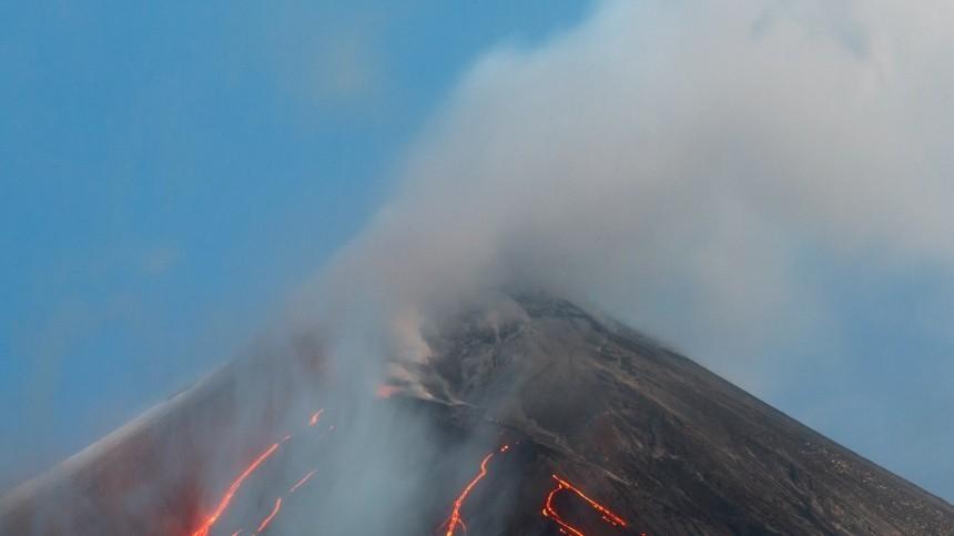 Вулкан Левотоло неожиданно проснулся вИндонезии— видео