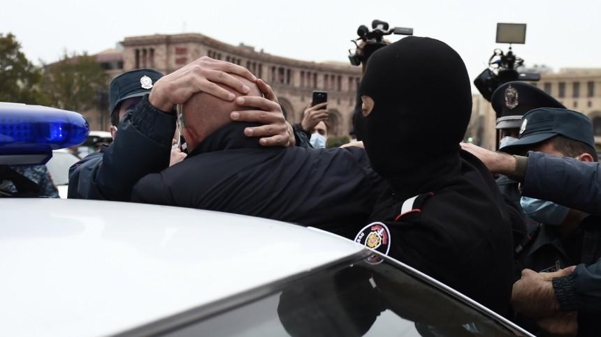 ВЕреване полиция начала задерживать протестующих