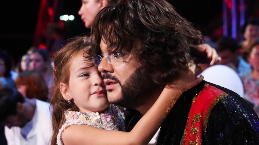 Золотой айфон несмог заставить дочь Киркорова улыбнуться всвой день рождения