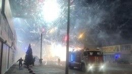Мощный пожар нарынке вРостове-на-Дону уничтожил павильон спиротехникой