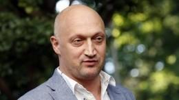 «Актерская работенка»: Гоша Куценко лихо управляет экскаватором— видео