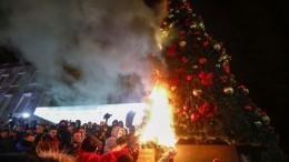 ВАлбании протестующие подожгли елку уофиса премьер-министра