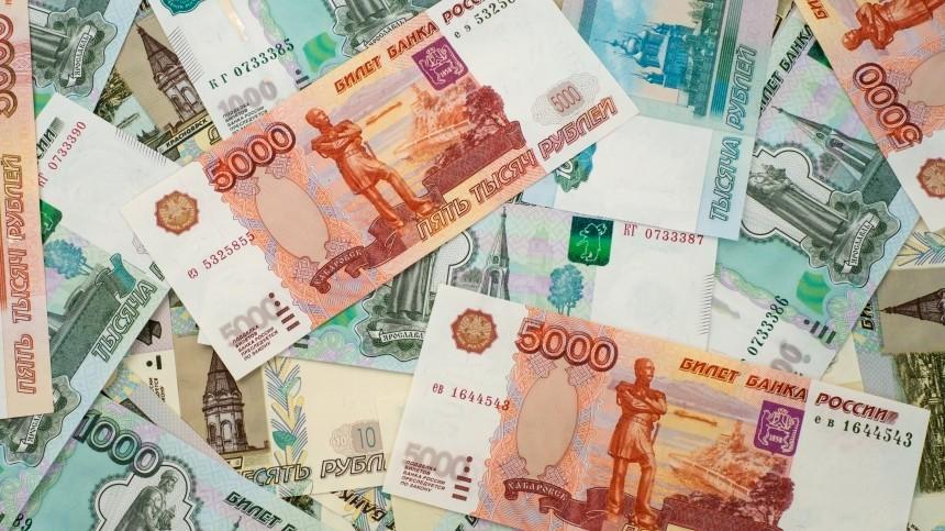 Почему россияне массово забирают деньги избанков