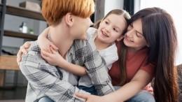 ВВенгрии однополым парам запретили усыновлять детей