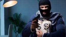 Почти полмиллиона вынес грабитель избанка вПетербурге— видео