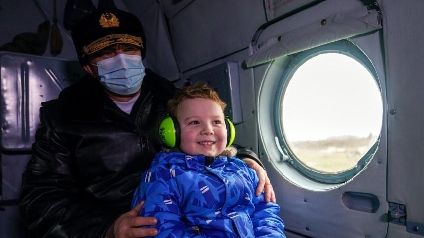 Калининградские военные исполнили мечту тяжелобольного мальчика ополете наМи-8