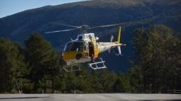 Низколетящий вертолет вклинился вавтомобильный поток вКитае— видео