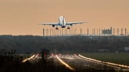 Пассажирский самолет выкатился запределы ВПП вКанаде