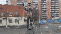 «Щеки сильно надуты»: памятник гаишнику изАзова высмеяли всети