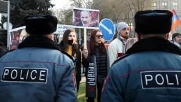 Протестующих вЕреване задерживает полиция