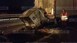 Мини-фургон залетел под большегруз наКАД под Петербургом— видео