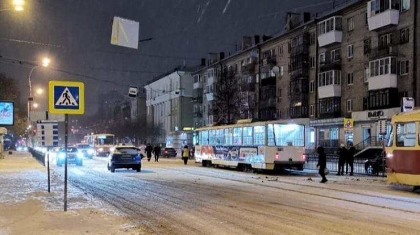 Иномарка врезалась востановку слюдьми вЕкатеринбурге, есть пострадавшие