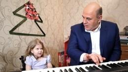 Мишустин подарил девочке изТвери синтезатор исыграл для нее «Голубой вагон»