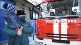 Спасенного из-под завалов после взрыва газа Ваню Фокина поздравили спасатели
