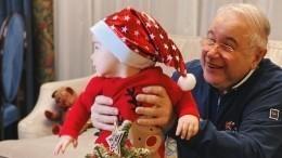 «Любуюсь итогом года!»— Петросян показал умилительное новогоднее фото скрошкой-сыном