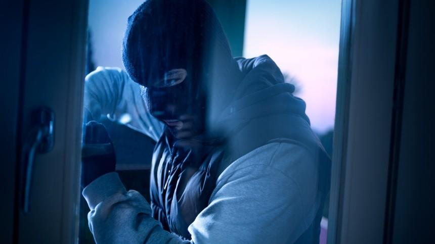 Грабитель спистолетом обчистил банк вцентре Петербурга— видео