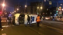 Карета скорой помощи перевернулась после столкновения сVolkswagen вПетербурге