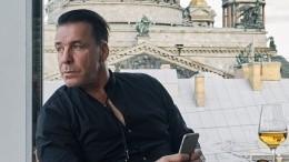 Видео: Солист Rammstein Тилль Линдеманн приехал вПетербург наРождество