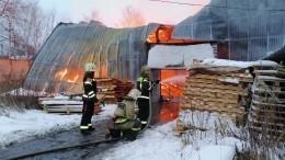 Вгорящем ангаре мебельной фабрики под Москвой могут находиться баллоны спропаном