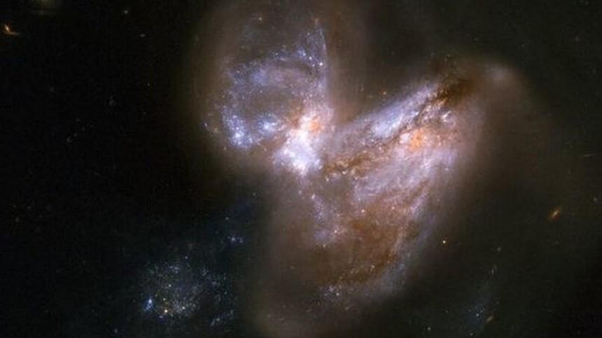 NASA показало уникальное фото слияния галактик
