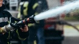 Четыре человека погибли врезультате пожара вдоме вПсковской области— видео
