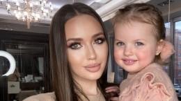 «Безумно красивая девочка»: жена Дмитрия Тарасова сделала макияж двухлетней дочери