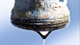 Вода счервями течет из-под крана вдомах жителей города Мыски вКузбассе