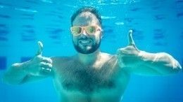 Оптическая иллюзия оставила мужчину вбассейне без головы— видео