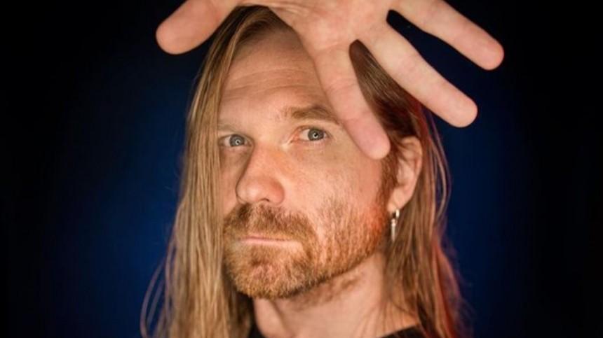 Бас-гитарист Би-2 устроил скандал всамолете из-за маски