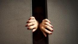 Лифт сженщинами иребенком сорвался вниз вКрасноярске— видео