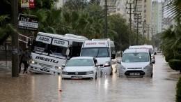 Потоком воды женщину вТурции чуть неунесло под колеса грузовика