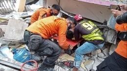 Вызванный землетрясением оползень разрушил больницу вИндонезии— видео
