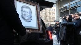 Гроб стелом Бориса Грачевского под аплодисменты вынесли изДома кино— видео