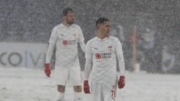 Видео: Турецкие футболисты вбелой форме «затерялись» назаснеженном поле наматче