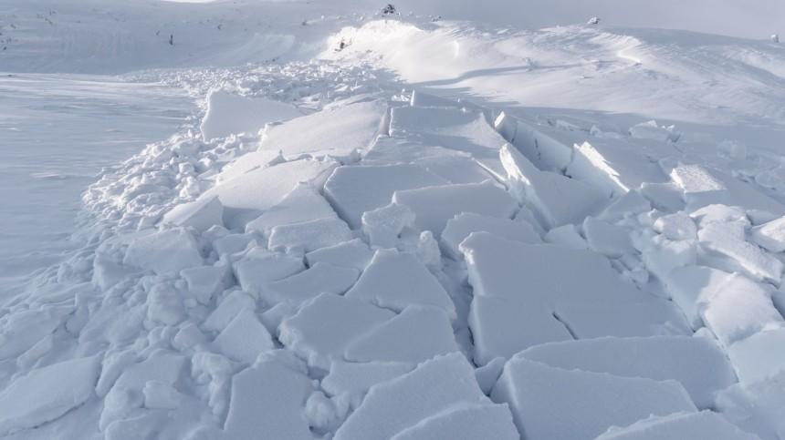 Несколько детей оказались под снегом после схода лавины натрассу вКЧР