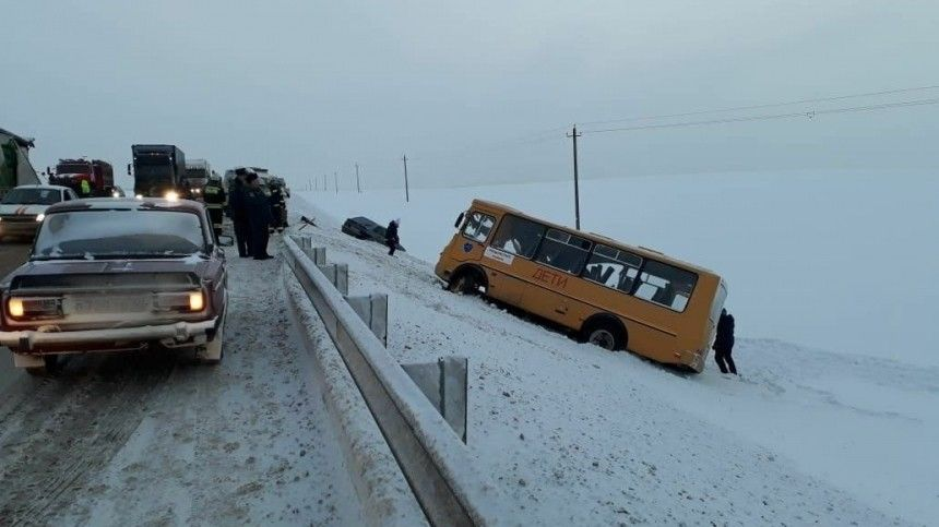 Школьный автобус столкнулся сфурой под Калугой