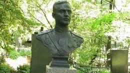 Бюст Героя Советского Союза похищен состелы накладбище вПетербурге