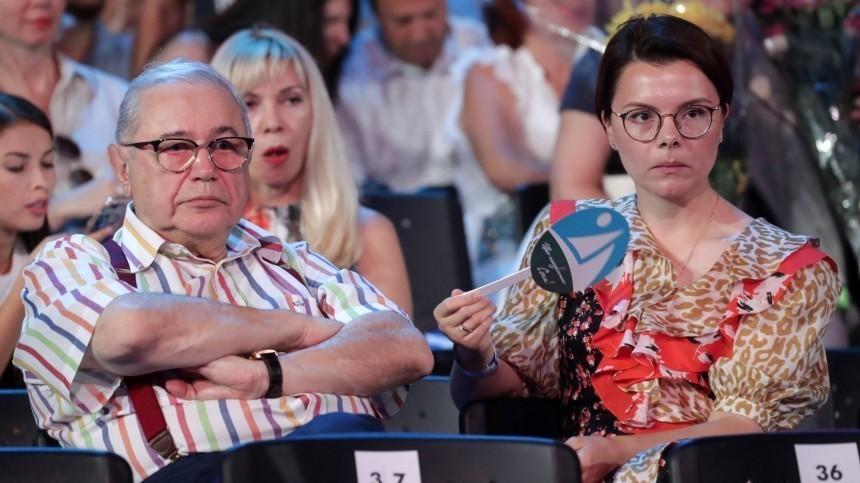 Петросян прокомментировал слухи опослеродовых болезнях молодой жены