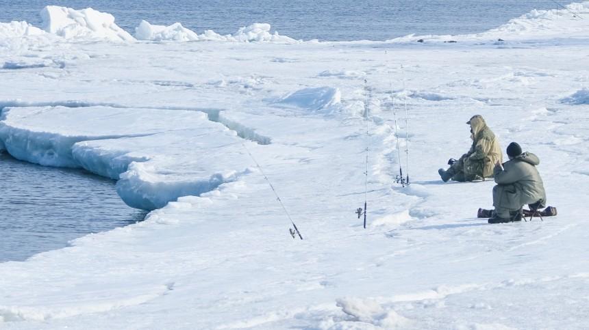 Восемь рыбаков, вчисле которых три женщины, дрейфуют нальдине уСахалина