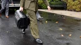 Байдену передали «ядерный чемоданчик»— видео