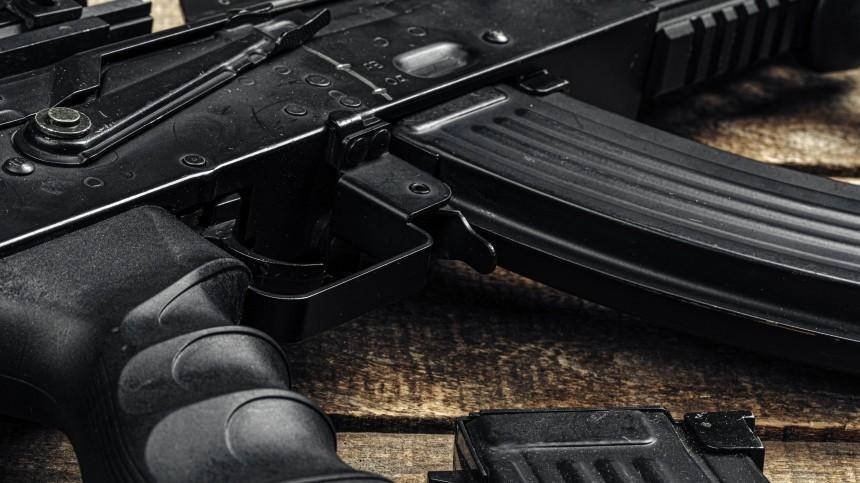 Ножи, мачете итопор: любительница оружия открыла стрельбу поостановке вПетербурге