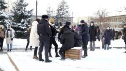 Потерявшему сознание участнику незаконной акции вКрасноярске помогла полиция
